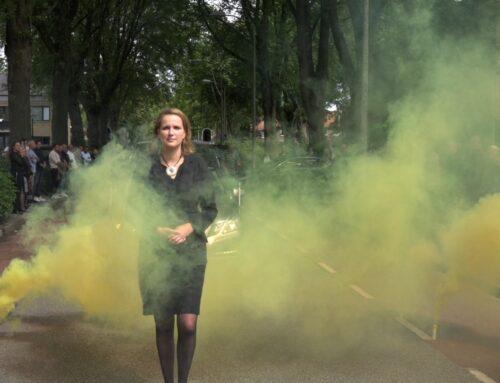 'Commando Pinkelen' op de kist en gele rookbommen bij afscheid van een Zwagenaar